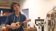 Portrait d'un tout jeune luthier