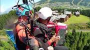 La place du village : Parapente et accordéon avec Lucien Chambet dans le Beaufortain